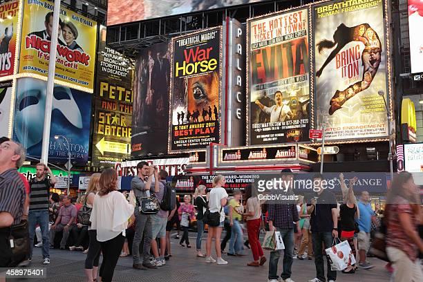 vallas publicitarias turistas teatros de broadway y de times square, nueva york - eva peron fotografías e imágenes de stock
