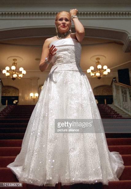 Broadway-Musicalstar Florence Lacey geht am 7.10.1997 die große Treppe des Grand Hotels in Berlin hinunter. Ab dem 15. Oktober steht die...