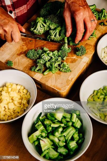 brokkoli-suppenzubereitung - pflanzenstängel stock-fotos und bilder