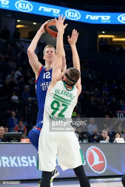 Brock Motum of Anadolu Efes in action against Edgaras Ulanovas of Zalgiris Kaunas during the Turkish Airlines Euroleague basketball match between...