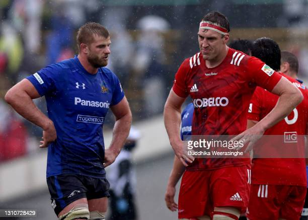 Brodi McCurran of Kobelco Steelers and George Kruis of Panasonic Wild Knights talk after draw the Top League match between Kobelco Steelers and...
