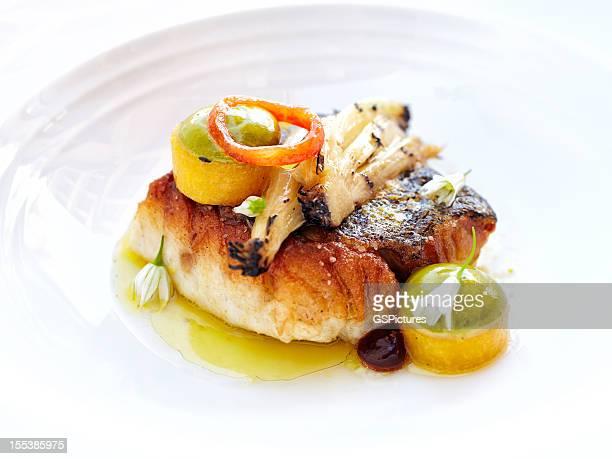 Alaskan di pesce alla griglia con porri insaporiti con olio d'oliva