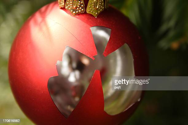 broken bauble - no more christmas - pejft stock pictures, royalty-free photos & images