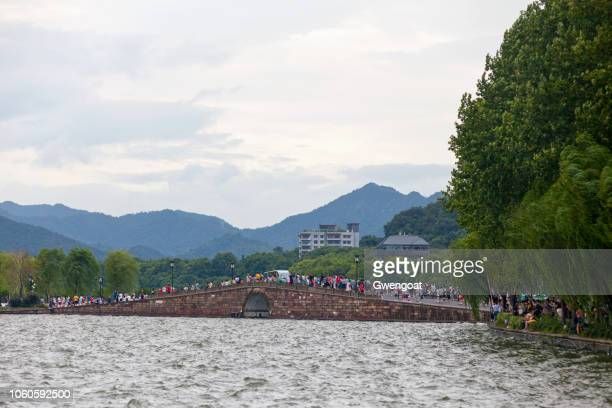 broken bridge in the west lake of hangzhou - gwengoat stock pictures, royalty-free photos & images