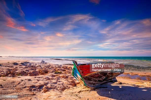 broken canoe - canoa quebrada imagens e fotografias de stock