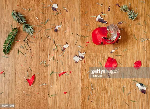 broken christmas ornament on floor - agulha parte de planta imagens e fotografias de stock