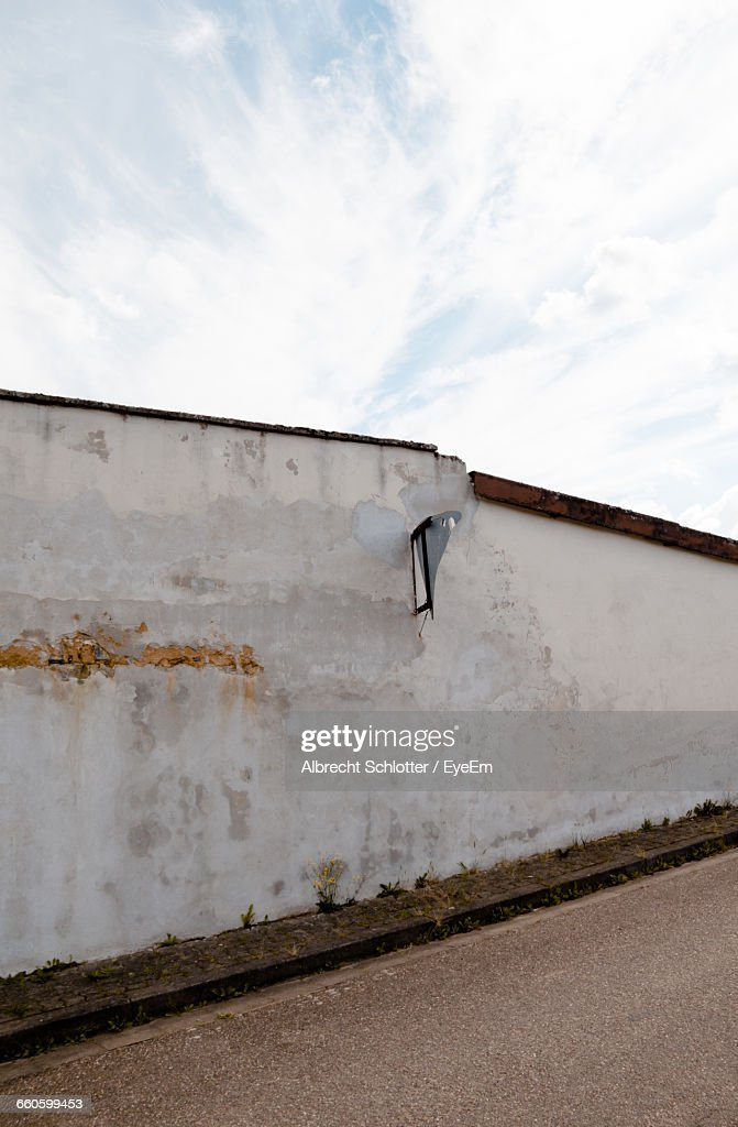 Broken Concrete Wall On Roadside : Stock-Foto
