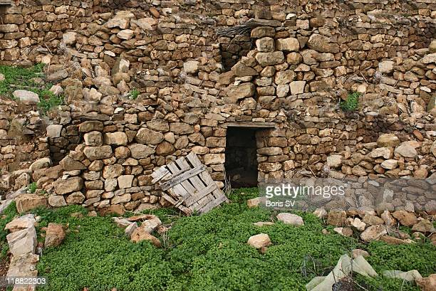 broken door and stone wall - アカマス半島 ストックフォトと画像