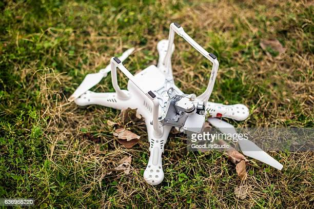 broken drone - crash photos stock-fotos und bilder