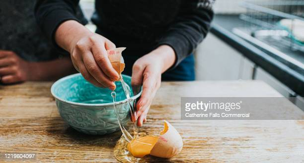 broken egg - errore foto e immagini stock
