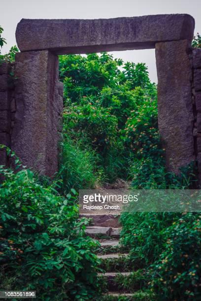 broken gate at golconda fort - テランガナ州 ストックフォトと画像