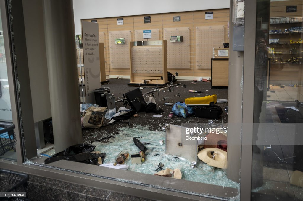 Chicago Police Arrest More Than 100 PeopleAs Looters Hit Major Commercial Areas : News Photo