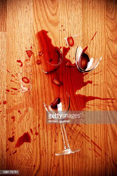 Broken Glas Rotwein auf Holzboden