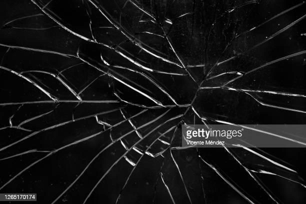 broken glass - agrietado fotografías e imágenes de stock