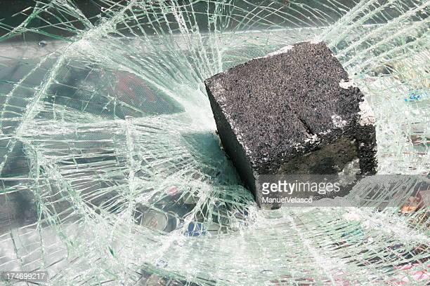 zerbrochenes glas - vandalismus stock-fotos und bilder