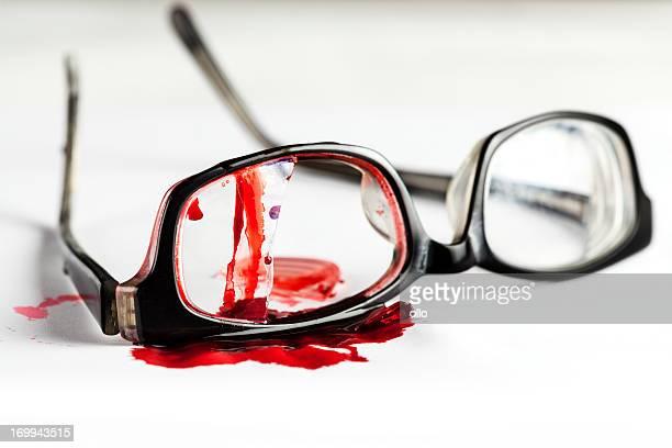 Broken Brille mit Blut auf Sie