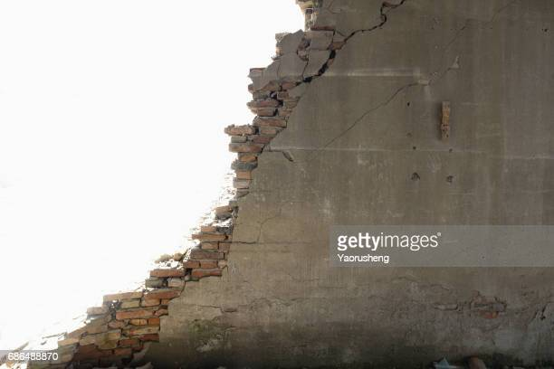 broken grey wall with bricks,on white background - oude ruïne stockfoto's en -beelden