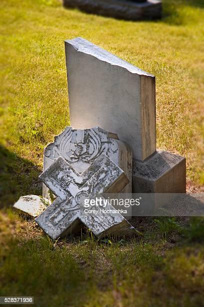 broken headstone in cemetery - grabstein stock-fotos und bilder