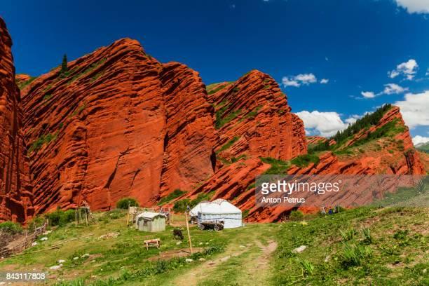 broken heart. rock in jeti-oghuz (seven bulls) in krygyzstan - kyrgyzstan stock photos and pictures