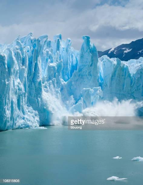 Zerbrechen-Sandsteinfelsen fallen Perito Moreno-Gletscher