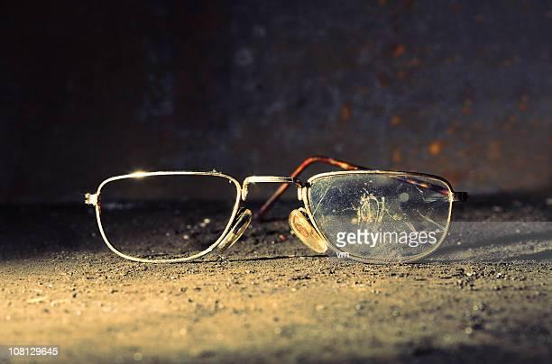 Broken altmodische männliche Gläser