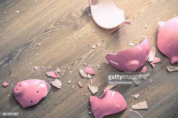 broken piggy bank - pérdida fotografías e imágenes de stock