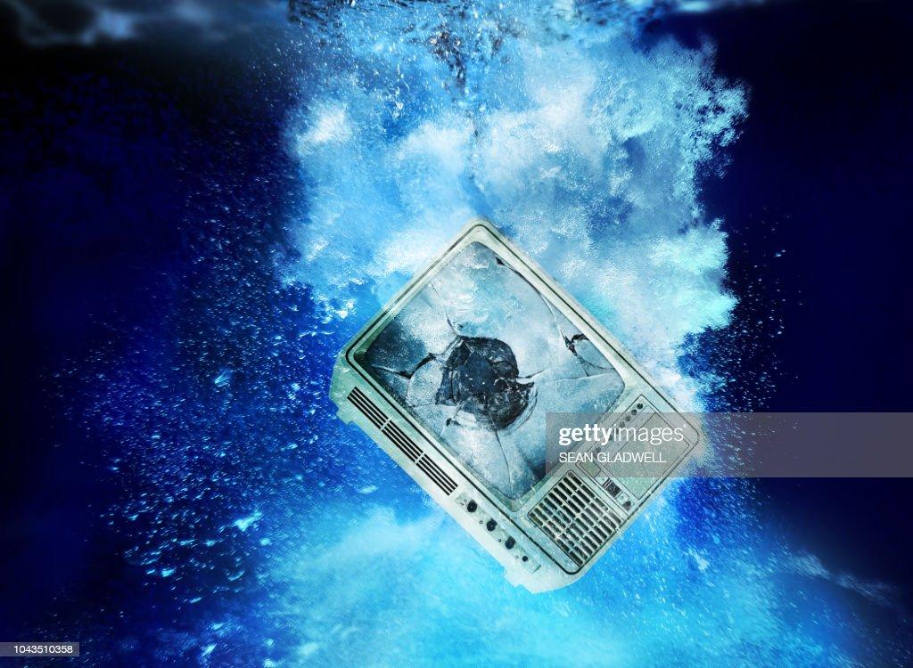 Broken television set underwater : Stockfoto