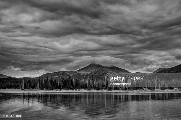 broken top mountain and sparks lake, cascade mountains, oregon - deschutes national forest stock pictures, royalty-free photos & images