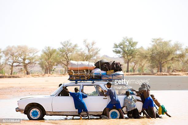 broken vehicle in the niger river. mali - hugh sitton stock pictures, royalty-free photos & images