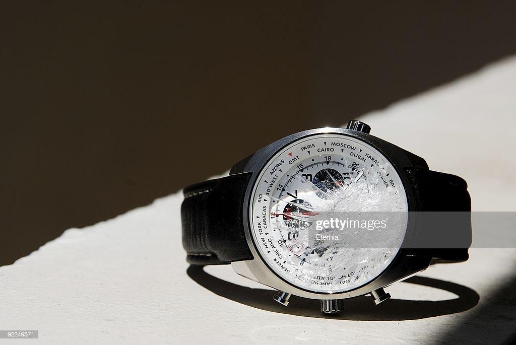 Разбитые часы означают, что неприятные события из прошлого напомнят о себе.