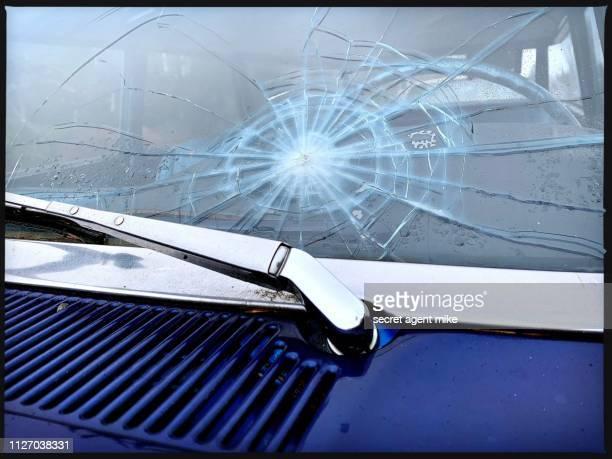 broken windshield - impact photos et images de collection