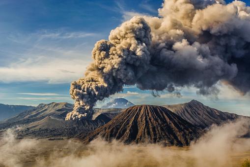 Bromo eruption 944663414