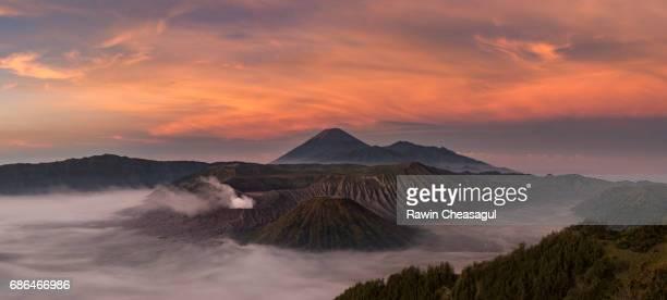 bromo misty sunrise - erupting stock-fotos und bilder