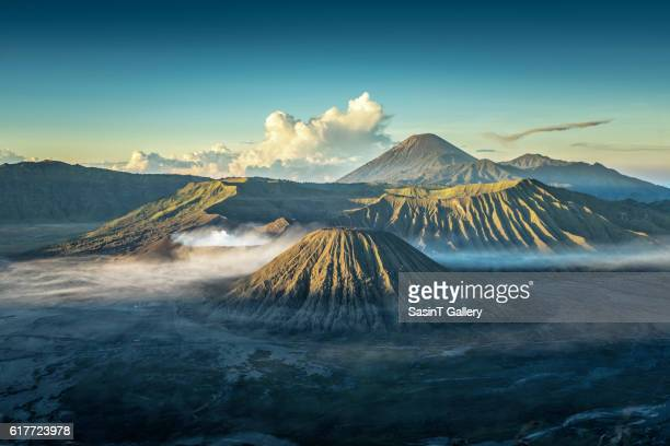 bromo volcano at sunrise - vulkan stock-fotos und bilder