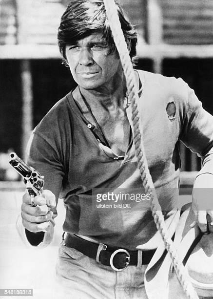 Bronson Charles * Schauspieler USA Rollenportrait mit Revolver in dem Western Spiel mir das Lied vom Tod Regie Sergio Leone Italien 1968