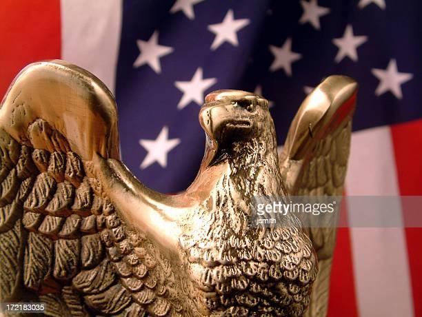 Bronze Eagle mit Flagge