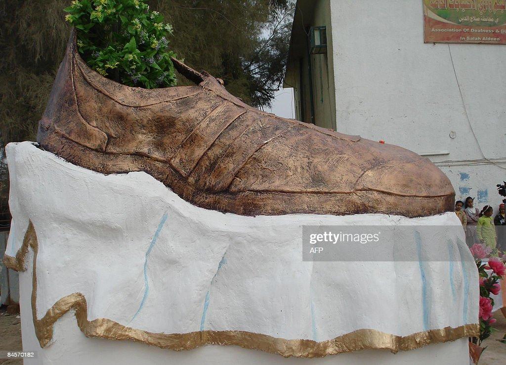 (FILES) -- A bronze shoe sculpture honou : Foto di attualità