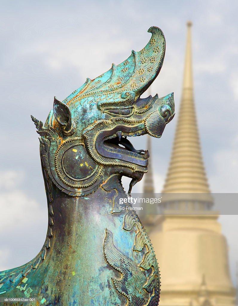 Bronze statue of dragon, Wat Phra Kaeo in background : Foto stock