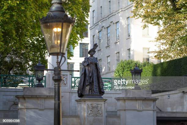 bronze statue of queen elizabeth on the mall, london - elizabeth the queen mother born 1900 stock pictures, royalty-free photos & images