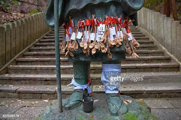 bronze statue of revered monk kukai at tanukidani fudo-in temple in kyoto, japan - shingon buddhismus stock-fotos und bilder