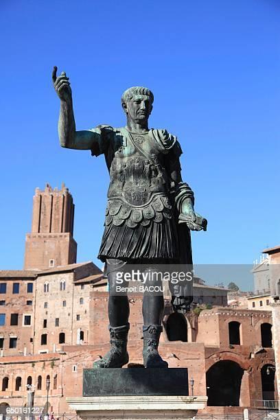 bronze statue of the emperor caesar augustus, rome, lazio, italy - agosto foto e immagini stock