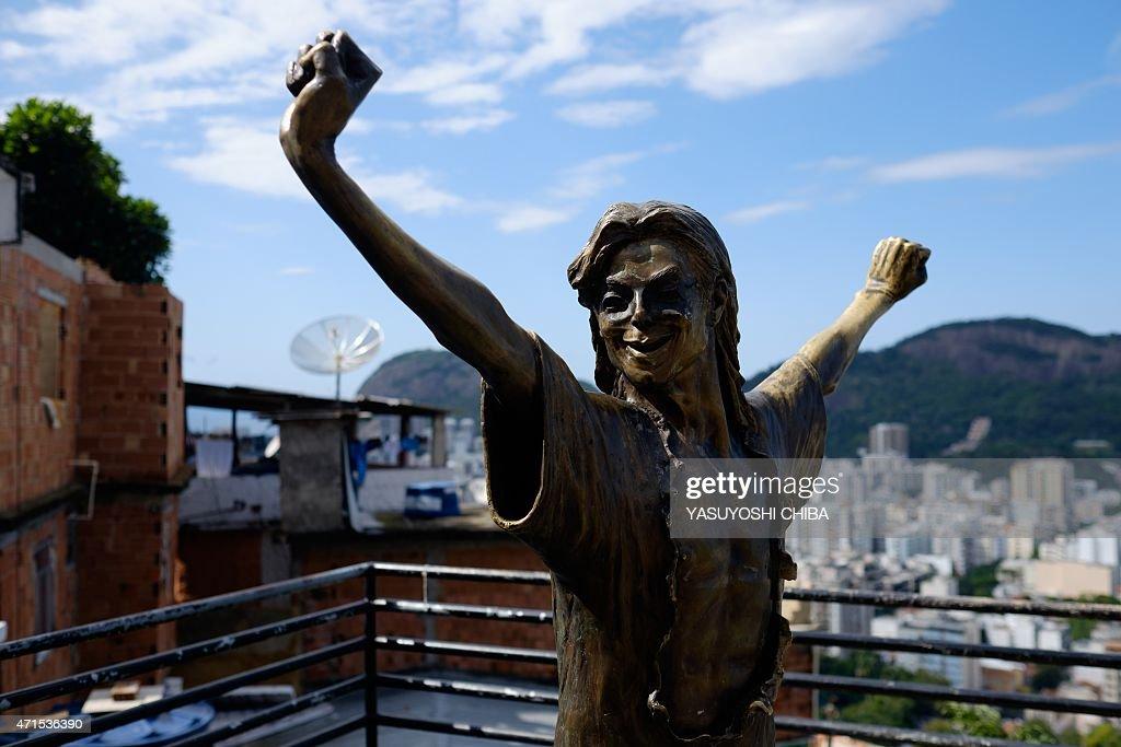 BRAZIL-RIO-MICHAEL JACKSON-STATUE-REPAIR : News Photo