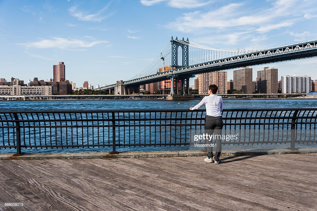 Usa Brooklyn Back View Of Businesswoman Looking At East River Foto ...