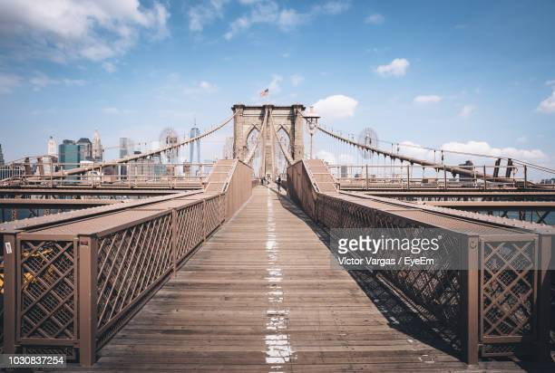 brooklyn bridge against cloud sky - brooklyn bridge stock pictures, royalty-free photos & images