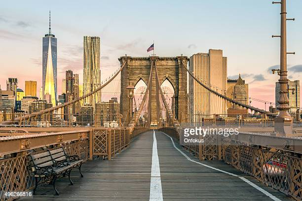 brooklyn bridge and lower manhattan at sunrise, new york city - new york city stockfoto's en -beelden