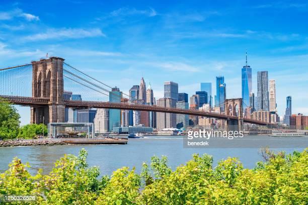 brooklyn bridge and skyline new york city usa manhattan - cidade de nova iorque imagens e fotografias de stock