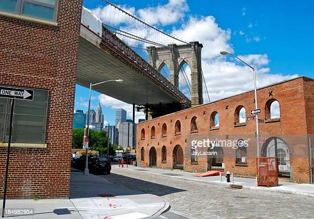 Pont de Brooklyn vu de Water Street, dans le quartier de DUMBO, à New York