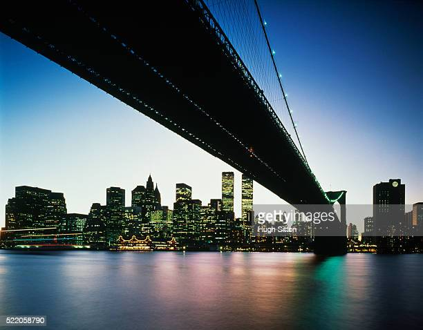 brooklyn bridge at dusk - hugh sitton stock-fotos und bilder