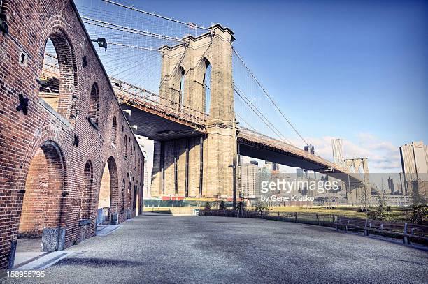 brooklyn bridge from down under - brooklyn bridge park stock-fotos und bilder