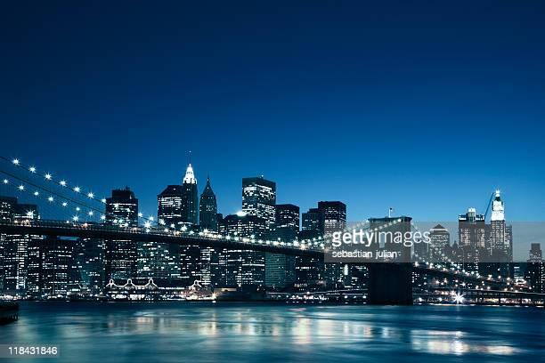 夕暮れのマンハッタンのスカイライン、ブルックリン橋の前